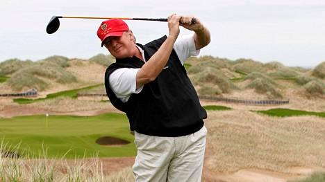 Donald Trump on tunnetusti golfin ystävä. Kuva otettu kesäkuussa 2011 Skotlannissa.
