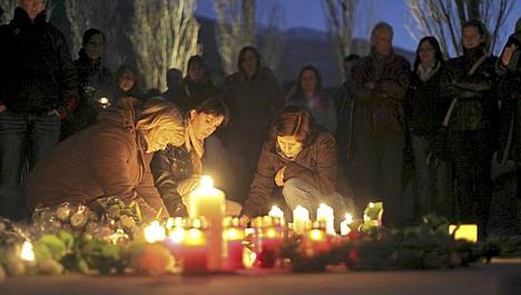 Sveitsin Sionissa sytytettiin kynttilöitä uhrien muistolle.