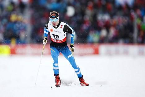 Entinen huippuhiihtäjä Ville Nousiainen vauhdissa Falunin MM-kisoissa 2015.