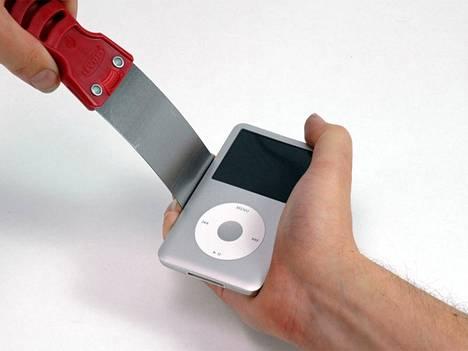 Tunnettu elektroniikan verkossa toimiva korjauspalvelu iFixit sanoi iPodin click wheel -ohjauspyörän vaihtamisen olevan erittäin vaikeaa. (http://www.ifixit.com/Guide/Replacing+iPod+Classic+Click+Wheel/571/1)