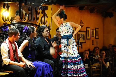 Monet Espanjaan liitetyt yleistykset pitävät paikkaansa vain alueellisesti: flamenco on maan eteläosalle, Andalusialle, tyypillistä musiikkia ja tanssia.