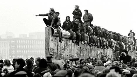 Itä- ja länsisaksalaiset juhlivat murtuneella muurilla 10. marraskuuta 1989.