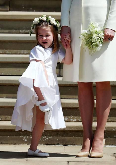Prinsessa Charlotte oli yksi morsiusneidoista. Leikkisä pikkuprinsessa innostui hieman velmuilemaan kesken kunniatehtävänsä.