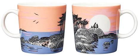 Muumin päivä -mukin kuvitus on peräisin Tove Janssonin piirroksesta vuodelta 1955. Kuvassa Muumipeikko ja Muumimamma istuvat kalliolla ja ihailevat auringonlaskua.