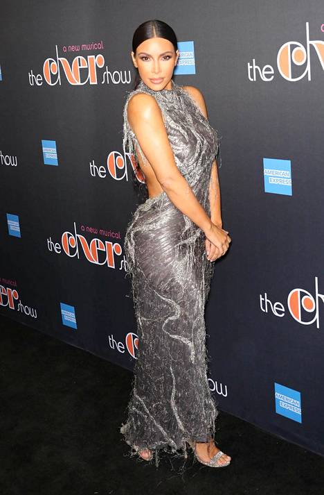 Kim Kardashian edusti The Cher Show'n ensi-illassa joulukuussa.