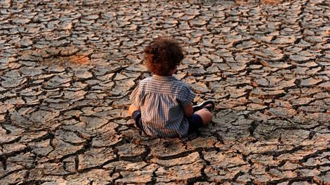 Lapsi istui maassa kuivuudesta kärsivässä Tegucigalpassa.
