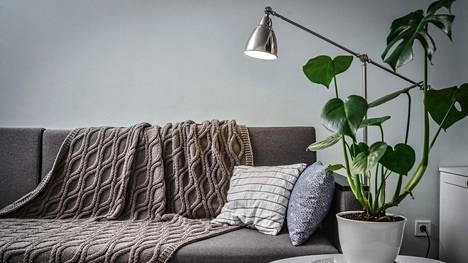 Tekstiilit ja valot luovat tunnelmaa ja tekevät tilasta kodikkaan.