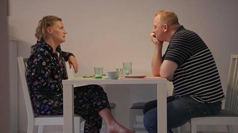 Heidi haluaa keskustella parisuhteesta, kun taas Oskari ei.