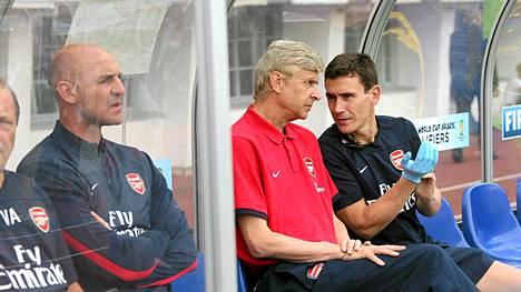 Arsenalin manageri Arsene Wenger (kesk.) joukkueen vaihtopenkillä Olympiastadionilla. Vasemmalla apuvalmentaja Steve Bould.