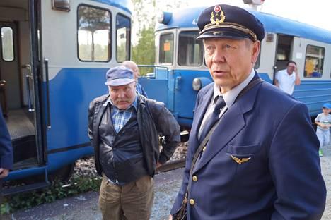 Keitele-museon toimitusjohtaja Aimo Kääriäinen (oik.) on harmissaan VR:n päätöksestä karsia kannattamattomia junavuoroja, mutta sanoo ymmärtävänsä liiketalouden realiteetit. Rantasalmelaiselta Hannu Kokilta ymmärrystä ei riitä.