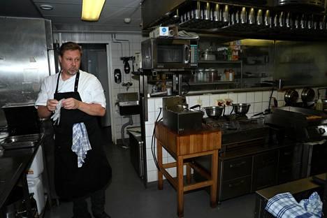 Timo Lyytinen keittiössä.