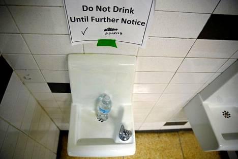 Lukion juoma-automaatti poissa käytöstä. Kuva otettu toukokuussa 2016.