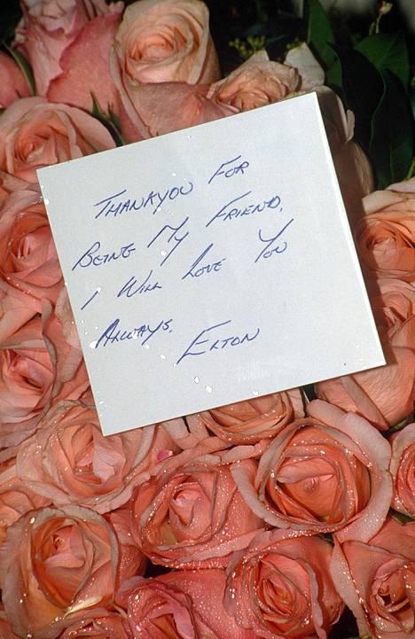 Elton Johnin viesti Freddie Mercurylle hautajaiskimpussa.