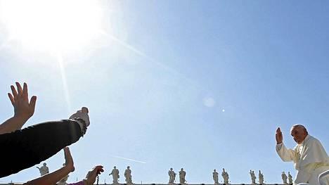 Paavi Franciscus vilkutti kannattajilleen Pietarinaukiolla viikoittain järjestettävässä tilaisuudessa.