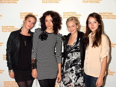 Kuvassa Pihla Viitala näyttelijäkollegoidensa Zrinka Cvitesicin (Viitalan vieressä), Brittany Robertsonin ja Anais Demoustierin (oikealla) kanssa elokuvafestivaaleilla Hamptonissa vuonna 2010. Demoustier kuiskasi Viitalalle varoituksen Weinsteinista.