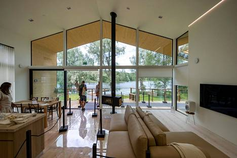 Villa Hopeapuussa maisemaa ja luonnonvaloa on hyödynnetty mahdollisimman paljon. Olohuone-keittiöstä avautuu upea näkymä pihan yli järvelle.