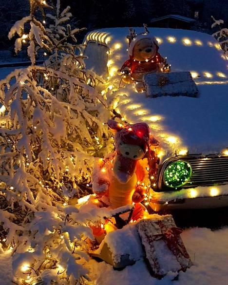 Muun muassa Lähdesmäen poikien koulukaverit ovat käyneet ihastelemassa jouluautoa.