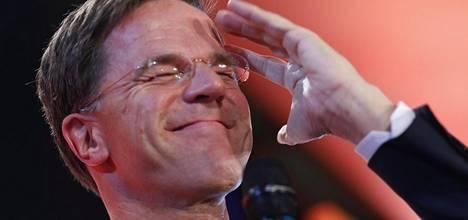 Pääministeri Mark Rutte oli juhlatuulella vaalivoiton jälkeen.