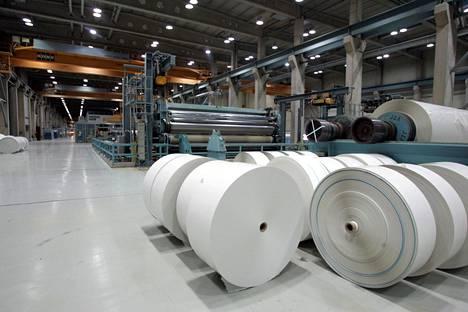 Päällystettyä aikakauslehtipaperia sisältäviä rullia Kaipolan paperitehtaalla toukokuussa 2005.
