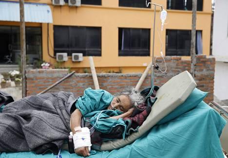 Iäkäs nainen oli yksi niistä, jotka eivät mahtuneet hoitoon Kathmandun täpötäysiin sairaaloihin.