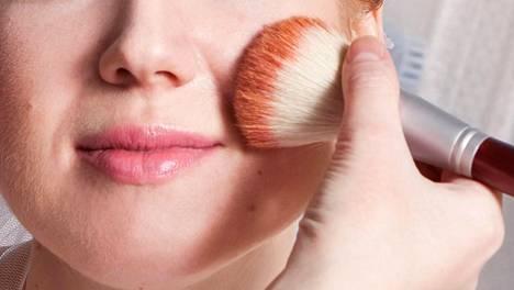 Vain kasvojen osittaiselle puuteroinnille kannattaa antaa mahdollisuus. Se saa ihon hehkumaan usein luonnollisen kuultavana.