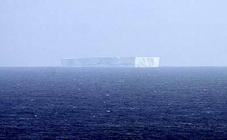 Tässä se menee: jääsaari lilluu lähellä Macquarie Islandia, noin 1500 kilometrin päässä Australian mantereesta.