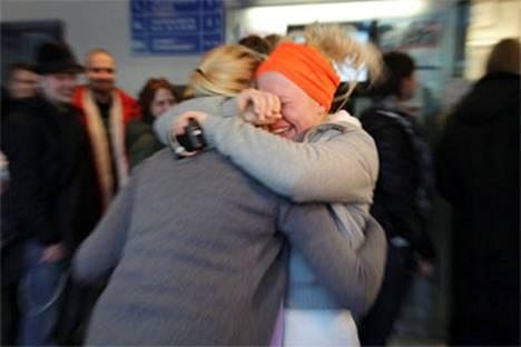 Hanna Sormunen halasi itkuun pillahtanutta Tuuli Vaskolaa, kun he saivat liput Madonnan keikalle.