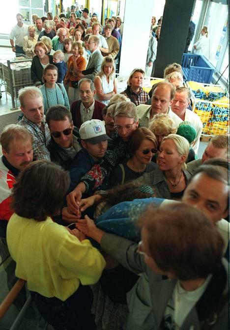 Ihmiset rynnivät Ikeaan avajaispäivänä.