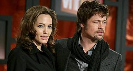 Boheemit Angelina Jolie ja Brad Pitt astelivat punaisella matolla päällysvaatteissaan. Lisää kuvia tähdistä kuvagalleriassa!