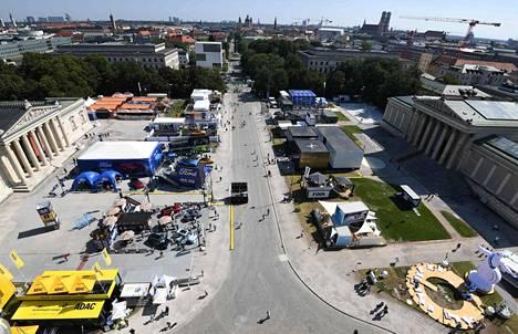 Maailman tämän hetken tärkein autonäyttely oli aiempia vuosia huomattavasti pienempi ja jalkautettu perinteisten messuhallien ohella myös pitkin kaupunkia. Näyttelyosastoja löytyi esimerkiksi kuvan Königsplatzilta.