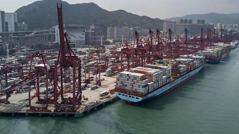 Tavara liikkuu Hongkongin kiireisessä satamassa. Kuva on maaliskuulta 2018.