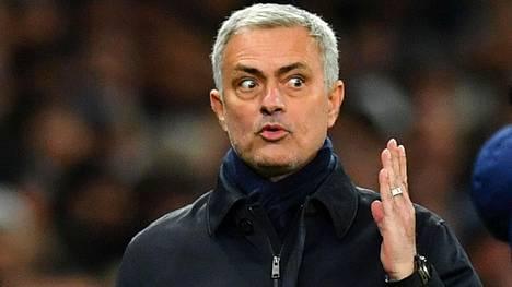 Tottenhamin päävalmentaja Jose Mourinho eli tunteikkaasti mukana pelissä lauantaina.