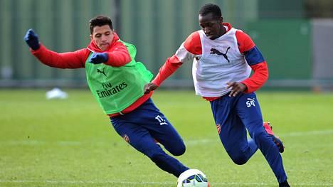 Glen Kamara (oik.) kamppaili pallosta tähtipelaaja Alexis Sanchezin Arsenalin maanantain harjoituksissa Colneyn treenikeskuksessa.