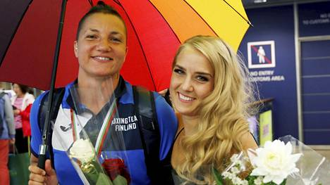 Elina Gustafssonin tyttöystävä Emmi Asikainen oli kesäkuussa Helsinki-Vantaalla vastassa, kun Gustafsson palasi kotimaahan Euroopan mestarina.