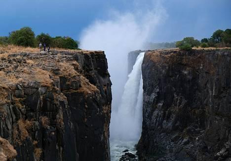 Normaalisti vesiputouksen yläpuolelle nousee vesihyöryä, joka ylläpitää luonnonnähtävyyden ympäristössä mikroilmastoa.