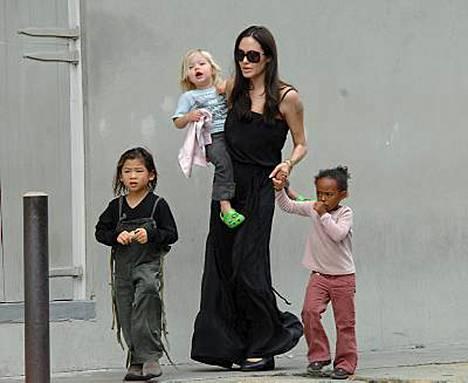 Angelina Jolien ja Brad Pitti lapsikatras kuuluu maailman vaikutusvaltaisimpiin. Biologinen tytär Shiloh (sylissä) sekä adoptiolapset Zahara ja Pax löytyvät Forbesin listalta.