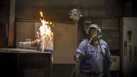 Aamutuimaan valimolla liekehtii, kun valumuottien peitosteaineiden liuotin poltetaan pois. Suomivalimo on pitänyt kaavaja Pasi Rissasen leivän syrjässä 23 vuotta.