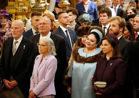 Maanpaossa reilut sata vuotta eläneiden Romanovien hallitsijasuvun tämänhetkiseksi johtajaksi on julistautunut Maria Vladimirovna Romanova, jonka hääasu oli vaaleansinisävyinen luomus turkiskoristein.