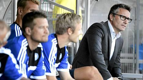 Sixten Boström (oik.) suhtautui rauhallisesti fanien huuteluun.