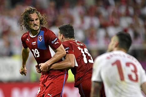 Nyt juhlitaan! Tshekin Petr Jiracek juhlii tekemäänsä maalia yhdessä Milan Barosin kanssa jalkapallon EM-kisojen ottelussa Puolaa vastaan Wroclawissa. Jiracekin maali jäi ottelun ainoaksi ja sen myötä Tshekki voitti A-lohkon. Isäntäjoukkue Puolan kisat päättyivät tähän. Todellinen yllätys koettiin A-lohkon toisessa ottelussa, kun Kreikka kaatoi Venäjän lukemin 1-0. Kreikka nappasi lohkon toisen jatkopaikan ja ennakkosuosikki Venäjä lähti kotimatkalle. Tänään sunnuntaina pelataan B-lohkon viimeiset ottelut: Portugali kohtaa Hollannin ja Tanska Saksan.