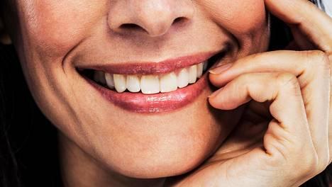 Aktiivihiili poistaa hampaan pinnan lian ja värjäytymät. Kuva ei liity tapaukseen.