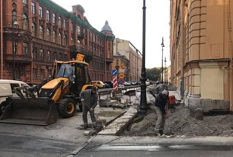 Pietarissa tehdään uutta jalkakäytävää jykevistä kivistä.