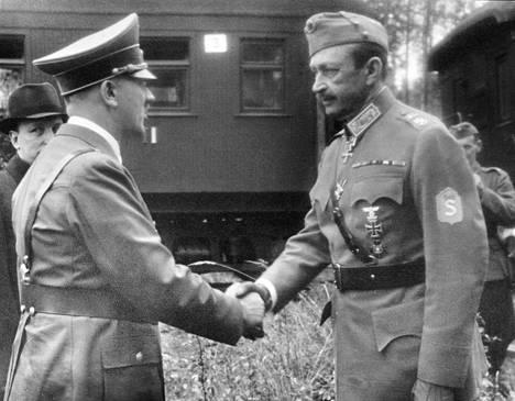 """Hitler kuulee Suomen pärjäävän """"ihan itte""""."""