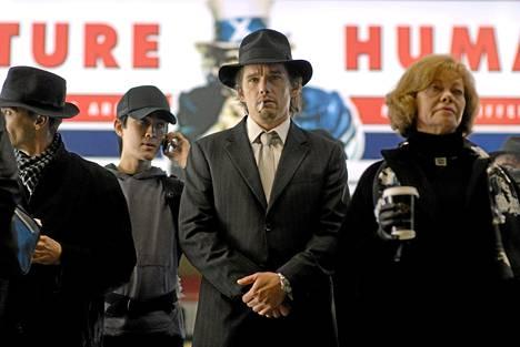 Ethan Hawke (kesk.) vampyyriscifin pääosassa.