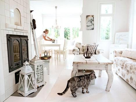 Satavuotisista lattialankuista valmistettu sohvapöytä on uniikki.