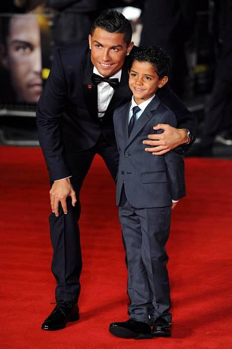 Cristiano Ronaldo poseerasi poikansa kanssa Ronaldo-dokumentin ensi-illassa Lontoossa marraskuussa.
