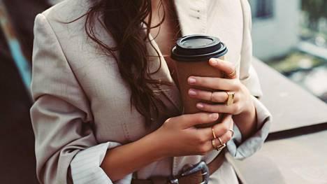 Kofeiinin piristävä vaikutus perustuu siihen, että se salpaa uneliaisuutta ja nukkumista edistävää hermovälittäjäainetta adenosiinia.