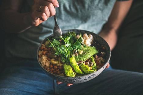 –On hyvä muistaa, että jo osittaisestakin lihan vähentämisestä ja kasvikunnan tuotteiden lisäämisestä ruokavalioon on hyötyä sekä terveyden että ilmaston kannalta, sanoo ravitsemusterapeutti Kirsi Englund.