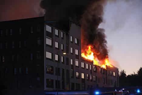 Rakennus paloi ilmiliekeissä perjantain ja lauantain välisenä yönä.