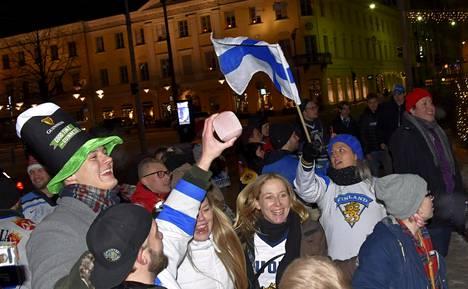 Kiekkofanit juhlivat U20-maailmanmestaruutta Havis Amandan patsaalla Helsingin Kauppatorilla varhain sunnuntaiaamuna.